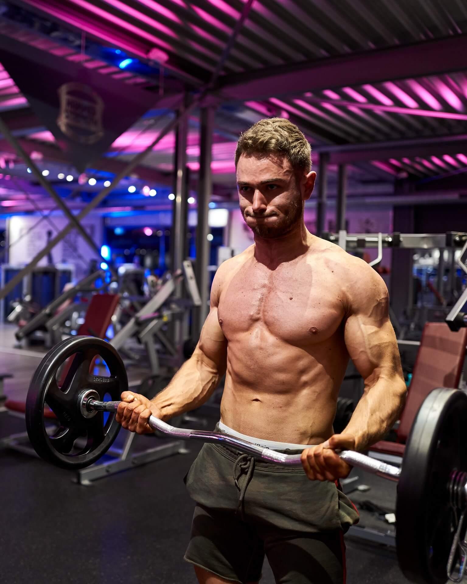 red-rab-fitnessstudio-bizepscurls-bodybuilding-patrick-duffner-mobile