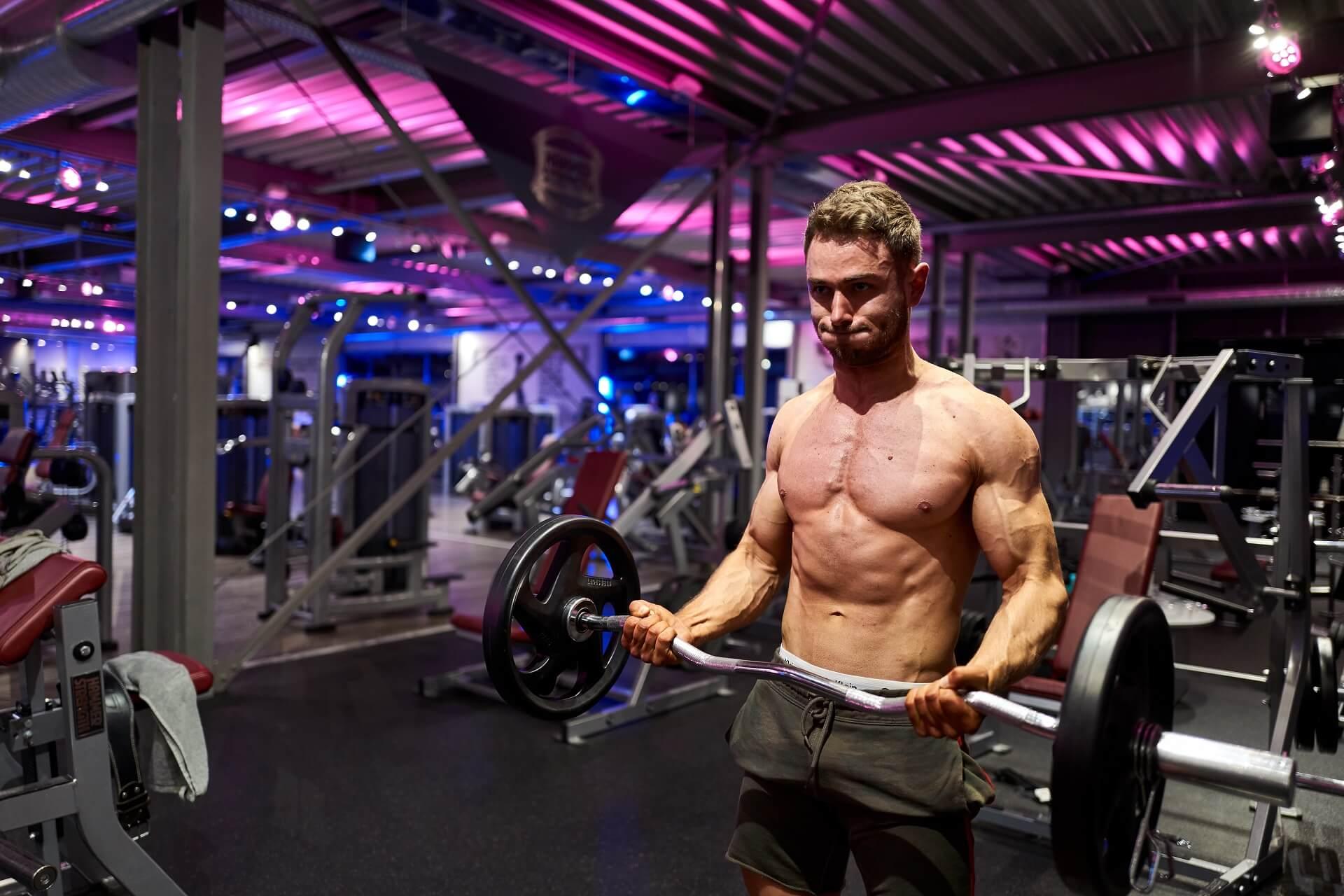 red-rab-fitnessstudio-bizepscurls-bodybuilding-patrick-duffner